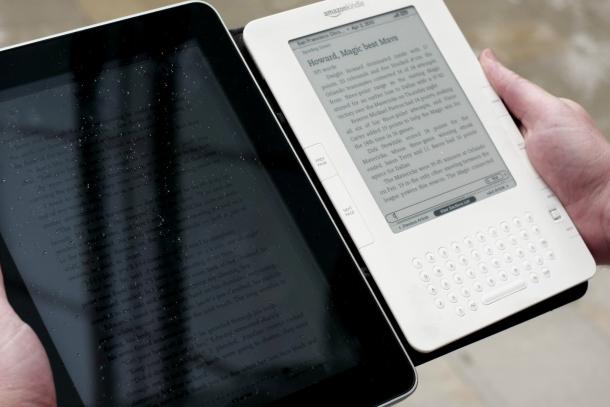 Comparação das telas do iPad e do Kindle contra a luz
